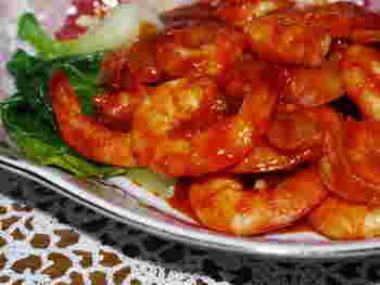 豆板醤のほか、花椒(ホワジャオ)や甜面醤など中華スパイス・調味料を使った本格的な味のエビチリ。ぴりりとしびれる辛味があとを引く絶品エビチリです。