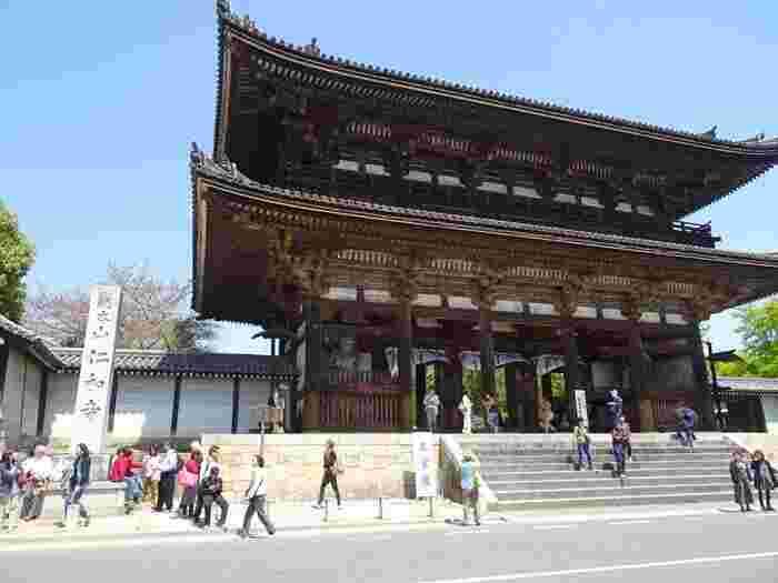 京都右京区にある仁和寺の裏山・成就山にあるのが「御室八十八ヶ所霊場」。まず最初にお遍路さんと聞いて思い浮かべるのは四国八十八ヶ所霊場ですよね。でも実は京都でも体験することができるんです。それが御室八十八ヶ所霊場で、一年を通していつでも自由に参拝できるようになっています。