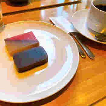 「夜の梅」と季節の羊羹のセットもおすすめです。抹茶や煎茶との相性はもちろんですが、コーヒーや日本酒との組み合わせも意外なおいしさを発見できますよ。和菓子の概念にとらわれず、新しい味を楽しめるのも魅力ですね。