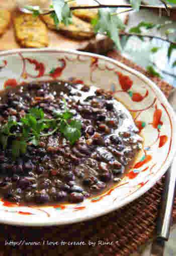 ブラジルを代表する黒豆のスープ。家庭によって味や使う材料が少しずつ違うそうですが、本場では豚の耳や尻尾なども使うそう。日本の家庭で作るときは、手に入りやすい材料でアレンジしてみて。
