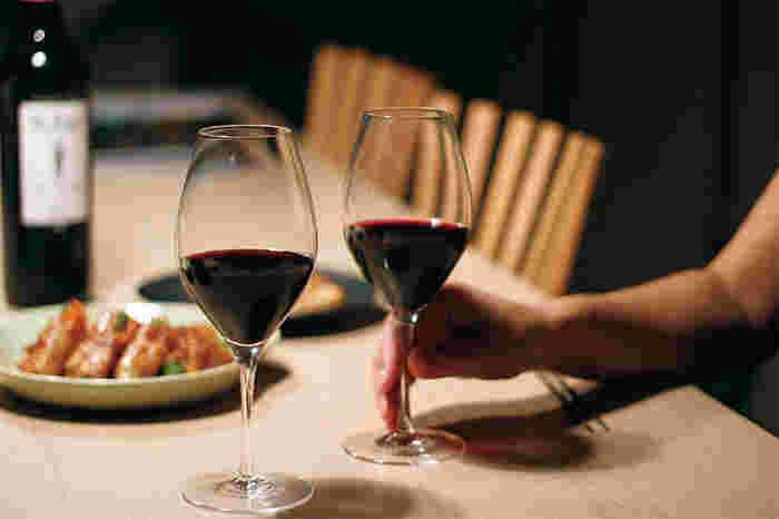 ワインは奥が深くて、グラスも種類がたくさんあって…もう少し気軽に楽しみたいというひとにおすすめなのが、KOZ glass(コズグラス)のVinos(ヴィノーズ)。シャンパン、白ワイン、赤ワイン、日本酒が楽しめる4WAYグラスは、これからワインを楽しみたい方におすすめの手ごろでおしゃれなグラスです。