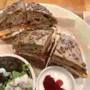 天王町駅から歩いて約5分の場所にある「KAHVILA PORO(poro珈琲)」。フィンランドのお料理を味わうことのできる北欧カフェなのですが、実はここでもドイツパンのサンドイッチを楽しむことができます。