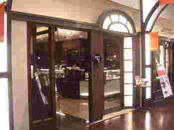 新丸ビルにあるシックなチョコレートブラウンの外観が素敵なこちらは、ショコラティエ三枝氏のお店。休日ともなると混んでいますが、それでもチョコ好きならば寄りたくなる魅惑のお店です。