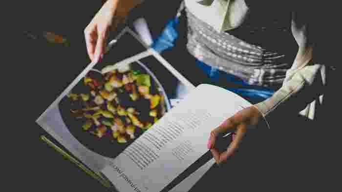 すでに読んだことのあるレシピ本の中にも、まだ作ったことのないお料理はあるはずです。今週はこれにチャレンジするというレシピをいくつか選んでみると、マンネリ化していた食卓も華やかになりそうです。