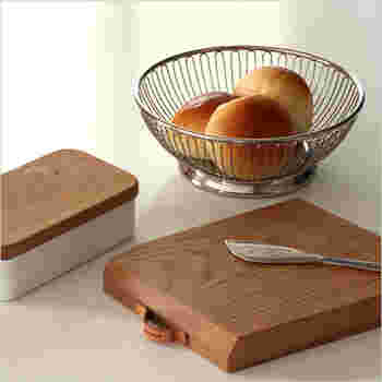ステンレス素材で、スッキリとシンプルなデザインのワイヤーバスケット。収納用としてだけでなく、食卓にそのまま出すこともできるのが魅力のアイテムです。