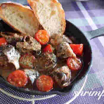 にんにくの香りが食欲をそそる、ハズレなしのアヒージョです。レシピではトマトを使用していますが、ブロッコリーや舞茸などでアレンジするのもおすすめです。美容効果の高いオリーブオイルで美味しくキレイ♪を目指しましょう。