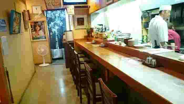 店内はカウンター席の他、お座敷や6名まで使用できる個室もあります。