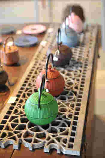 いまでは、鉄瓶のカラーバリエーションもいろいろ。南部鉄器は、趣味と実益を兼ねたおしゃれなアイテムとして、海外・国内で人気を博しています。