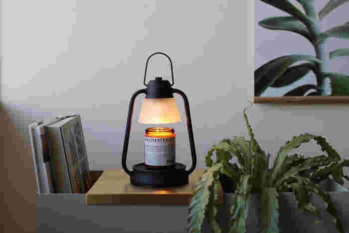 火を使わずにアロマキャンドルが楽しめる、キャンドルウォーマーランプ。 電球から発せられる熱により、キャンドルが溶けていく仕組みなので、煤や煙の心配がなく安心して使えそう。 火を灯すよりも早く香りが広がるというメリットも。  ゆったりリラックスしたい夜や、秋の夜長のお供に使いたいですね。