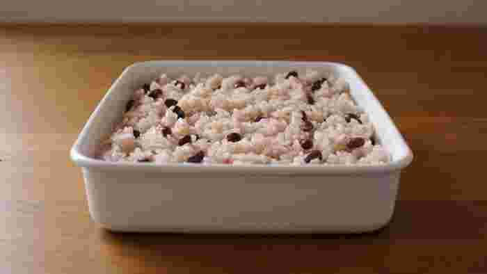 記念日やお祝いの日のお弁当は、お赤飯が嬉しいもの。ふたをあけた瞬間、笑顔になりそうですね。ごま塩ふりかけを別添えにすることで、2つの味が楽しめます。