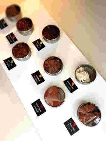 カカオの事はもちろん材料や作り方などのお話を聞きながら、試食もさせてもらえるので、安心して商品を選ぶ事が出来るんです。