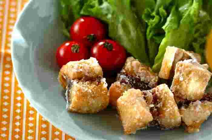 一口大にカットした塩鯖に片栗粉をまぶして揚げるだけ♪簡単で美味しい「塩サバの竜田揚げ」。たくさん作れば翌日のお弁当のおかずにも使えて◎。