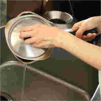 ふたを回転させるとすき間ができるので、湯切りや吹きこぼれ防止、適量の煮汁を捨てるときに便利。こうした暮らしに役立つさりげないアイデアが、柳宗理のアイテムが支持される理由でしょう。