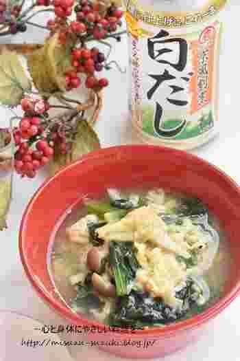 こちらの卵スープは、ほうれん草としめじが主役。いつものお味噌汁の具を卵スープに変化させる方法もありますよ。白だしが味わいの決め手です。卵を入れた後の仕上げに、もし味が足りなければ塩こしょうで調節して、白いりごまをふれば完成。