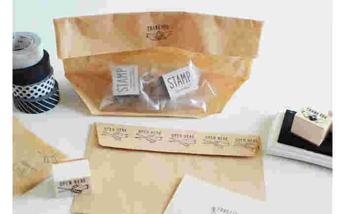 クラフト紙などシンプルなラッピングに、普通のスタンプを押すだけでもぐっと手作り感が増します。こちらは、キャラメルのように1個ずつ丁寧に包んだ可愛いスタンプ。ハート入りのものは、バレンタインにピッタリなのでは?