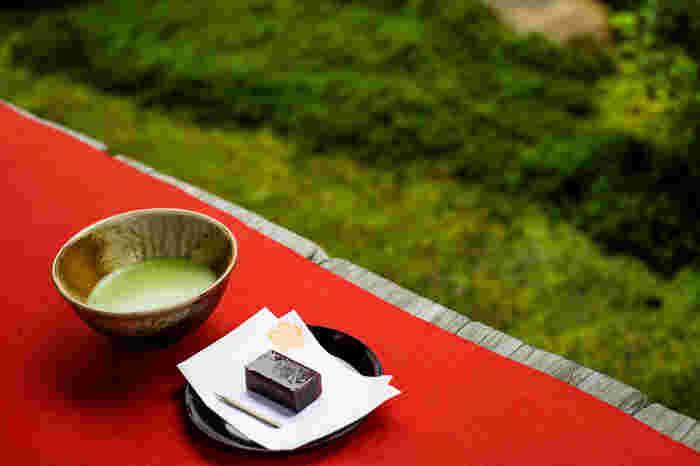 お茶席でいただく和菓子が乗った薄い和紙を見たことはありませんか?これが懐紙です。