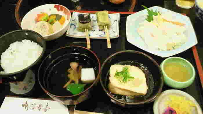 他に、天ぷらの盛り合わせや土瓶蒸し、焼き物や食前酒等が付いた「龍馬御膳」や「湯豆腐会席」、「湯葉御膳」が人気。 【画像は「湯葉御膳」。】