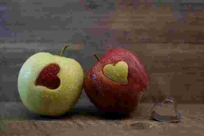 目にいいとされるアントシアニンがりんごの皮を赤くする成分です。アントシアニンは紫外線と15~20度の気温に反応してりんごを赤くします。その量は品種によって異なるため、元々少ない品種の黄・青りんごは日光をたくさん浴びても赤くなりません。