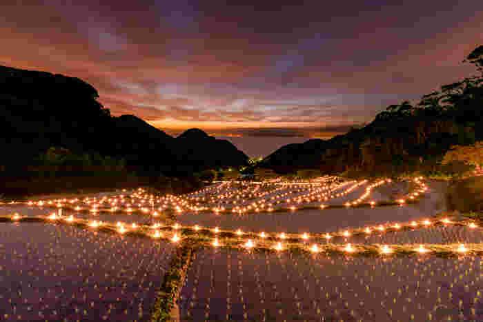 毎年5月下旬に行われるイベント、「石部の灯り」では、棚田の畦に無数の灯りが燈されます。煌めく灯火は棚田の美しさを引き立てており、石部の棚田はこの世のものとは思えないほど神秘的で幻想的な姿へと変貌します。