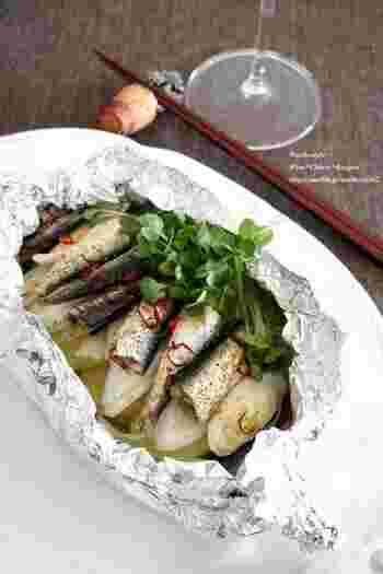 ホイル焼きは洗い物も少なく簡単なのでとっても便利な調理法。オイルサーディンの塩味がいい塩梅で失敗知らず。辛いのがお好みの方は輪切りの唐辛子をたくさん加えてみてくださいね。