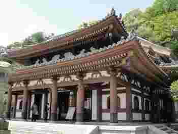長谷寺の本尊は、日本最大級の「木造十一面観音」。この「観音堂」の中に安置されています。