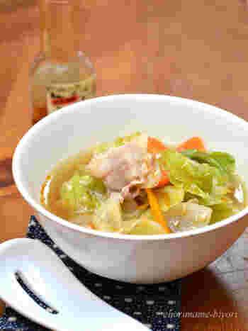 お肉や野菜がたっぷりとれる具だくさん中華スープです。味のポイントは先に豚肉を香りが出るまでしっかりと炒めること。生姜とにんにくがきいたおかずにもなる一品です。  ▼栄養ポイント▼ 火を通すことでたっぷりの量の野菜を摂ることができます。 キャベツや白菜などの淡色野菜と人参や小松菜などの緑黄色野菜を一緒に入れることで栄養バランスを整えます。 最後に卵を入れるとまろやかになって、さらに栄養価がアップします。