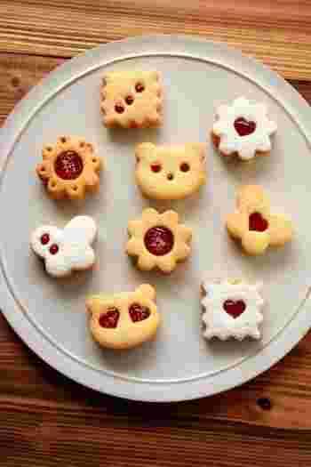 お子さんも喜ぶイチゴジャムのクッキー。お花や動物の形が、とってもキュートで、楽しく食べられそうですね!