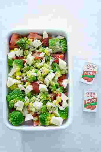 簡単にできてヘルシーなサラダは、ダイエット弁当に取り入れたいですよね。 野菜とチーズを同じ大きさでそろえることで、見た目もよく、ドレッシングも絡みやすくなるのでおすすめです。