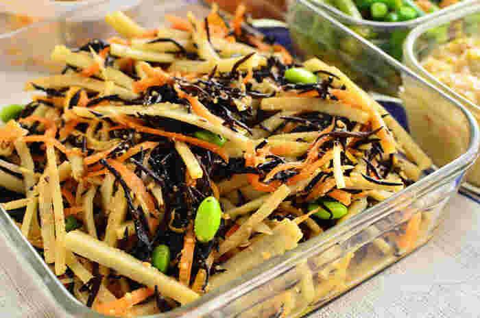 デパ地下のデリ風にあるようなサラダのレシピです。和食のイメージが強いひじきですが、ごま油とお酢でさっぱりいただきます。野菜はレンジでチンするので、お鍋を使わず手軽に作れます。冷蔵庫で1週間日持ちするので、たくさん作って食べたいですね!