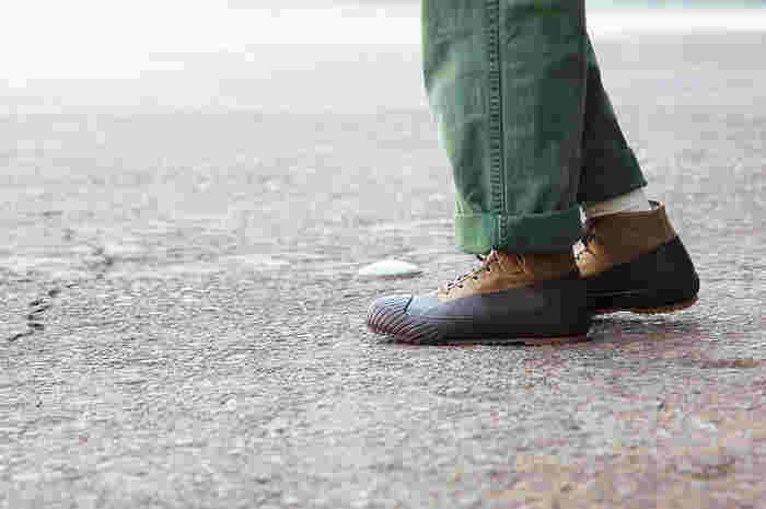 雨の日も気にせず歩けるのが魅力のスニーカータイプ。カジュアルなファッションにも違和感なく馴染みます。