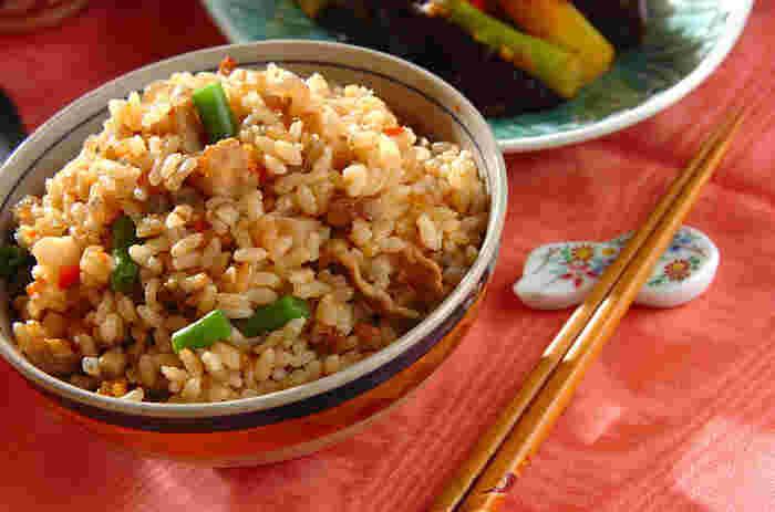 たっぷりの根菜や豚肉も入った、具だくさんの玄米炊き込みご飯。噛み応えがあり、1杯でも満足感のあるご飯です。あとは、お浸しや煮物などの副菜やお味噌汁があれば十分。おにぎりにしてお弁当にするのもおすすめ。