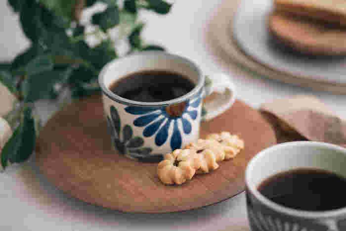 《やちむん》という聞きなれない言葉は、沖縄の方言で焼き物のこと。沖縄の気候や風土を大切にして作られた「育陶園」のマグカップは、大柄だけれど上品なデザインです。