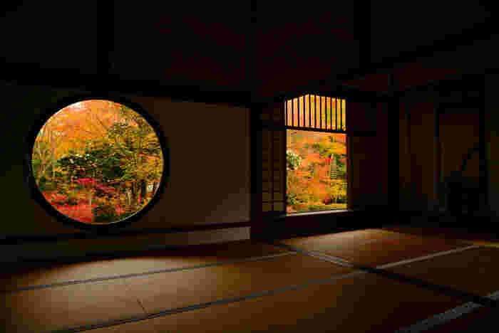 さきほどの光悦寺から徒歩3分ほどの距離にある源光寺(げんこうじ)。CMにも起用されますます人気となった源光庵。悟りの境地を開くことができ、大宇宙を表現していると言われている「悟りの窓」、人間の生涯や四苦八苦を4つの角で表していると言われる「迷いの窓」、どちらからも美しい紅葉を見ることができます。
