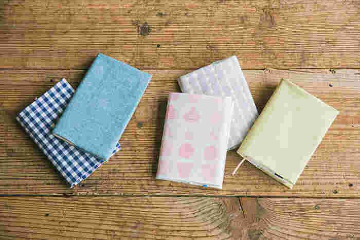 布製のブックカバーは、あたたかい雰囲気があって素敵です。こちらは縫わずに作れるブックカバー。両面テープがあれば出来ちゃいます!複数のTシャツを組み合わせて作ってもかわいいかも。