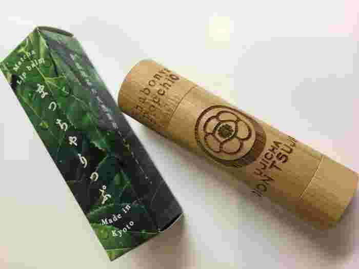 そんなお抹茶の名店ならではのコスメ「抹茶りっぷくりーむ」もお土産として人気。 自然素材にこだわった化粧品を手掛けている「京都しゃぼん」とのコラボ商品で、その品質は折り紙つきです。 平安建都1200年を記念し発売された抹茶で最高級御濃茶「建都の昔」を使用し、のびの良いしっとりとした使い心地の贅沢リップです。京都らしい竹製のケースも可愛いですね。