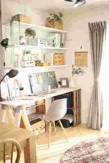 部屋の壁一面を利用して作る書斎は、最もコンパクトなレイアウトスタイル。ウォールシェルフなどを取り付けて壁面収納を充実させれば、物がたくさんあってもすっきりして見えます。