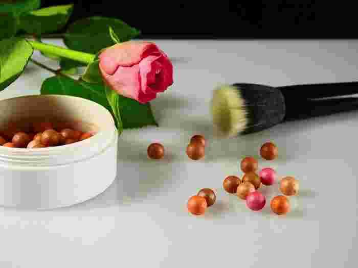 リキッドファンデーションやクリームタイプのファンデーションを使用する場合は、仕上げにルースパウダーを。油分をおさえて、顔のテカり&崩れ知らずの肌に。