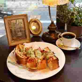 サンドイッチやピザトーストなど喫茶店らしい軽食も充実しています。クレープやパフェなどもあり、お買い物途中の休憩にはぴったりですね。