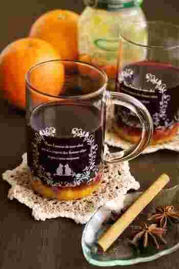 秋になると飲みたくなるワインをベースにした、収穫の秋らしいカクテルです。 オレンジコンポート入りで甘く爽やかに。