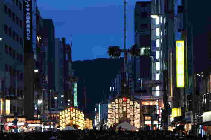 京都三大祭りの一つ、祇園祭は9世紀から続く日本有数の伝統ある祭りです。祇園祭のハイライト、山鉾巡行が行われる日の3日前から、夜になると山と鉾に燈が灯され、四条通は幻想的な空間へと変貌します。
