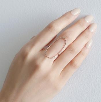 モードなデザインの「オーバル」のリングは、K18ゴールド+プラチナ素材で上品な輝きを放ちます。そして、リングを引き立たせるロゼは、清潔感のある指先を演出します。
