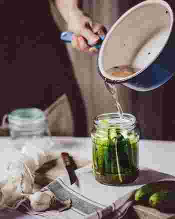 見た目にこだわるなら、メイソンジャーなどのガラス容器がおすすめです。野菜の入れ方を工夫して、作る過程もインテリア感覚で楽しみましょう♪