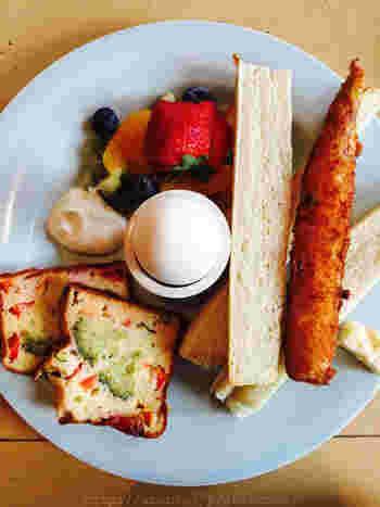 フランス語で朝食は「プティ・デジュネ(petit déjeuner)」。やはりフランスと言えばバケット(フランスパン)ですので、朝食でもよく食べられています。パンに好きなジャムやチョコレートを塗って、ドリンクと一緒に頂きます。