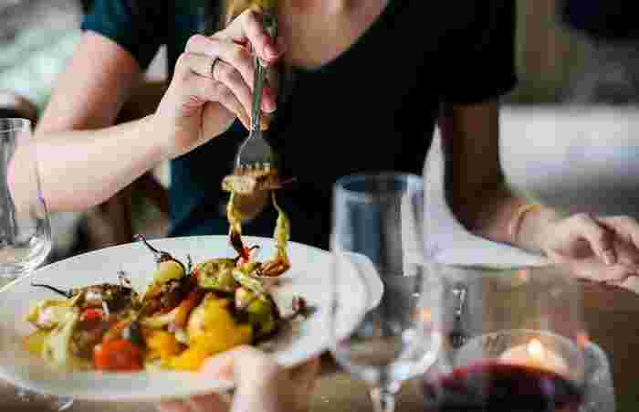誰かと一緒にご飯を食べると会話に華が咲きますが、口にものが入った状態でおしゃべりするのは絶対NG。口の中が相手に見えてたり、食べ物が口から出てしまったりするだけでなく、口を閉じないことで食べる音が漏れてしまうので、「くちゃくちゃ食べ」という多くの人が嫌悪感を示す食べ方になってしまいます。