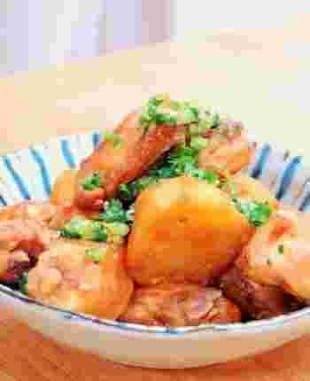 ジャガイモを一度焼くことで煮崩れが防げるのだそう。 煮ても炒めても相性のいいコンビを酢でさっぱりと。