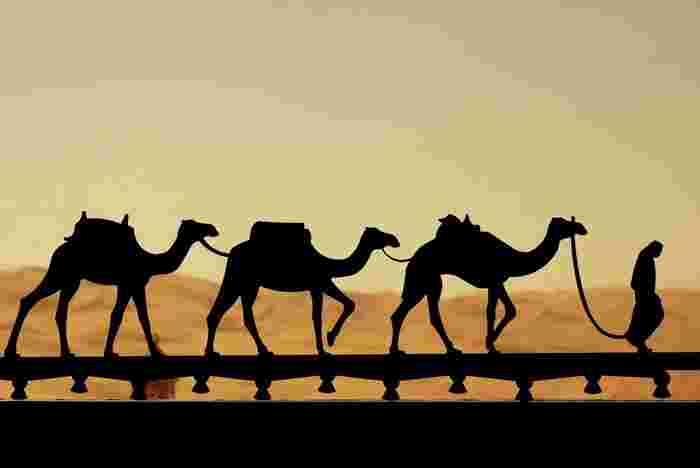 砂漠に、ラクダに、あの白い独特な民族衣装をいまだにまとって生活している不思議な国!あなたも一度訪れてみませんか?