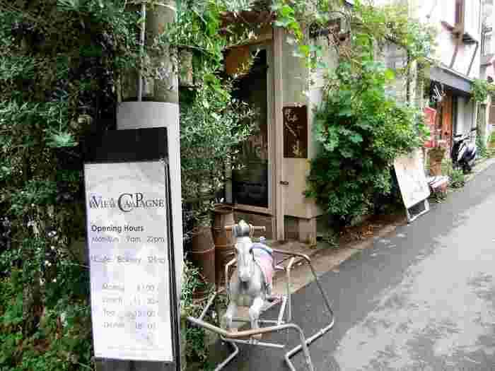 東急東横線中目黒駅から徒歩6分ほど。古い一軒家をリノベーションしたお店で、緑に覆われた外観がお洒落です。デザイナーであるイタリア出身のロシャン・シルバさんがオーナーのお店です。