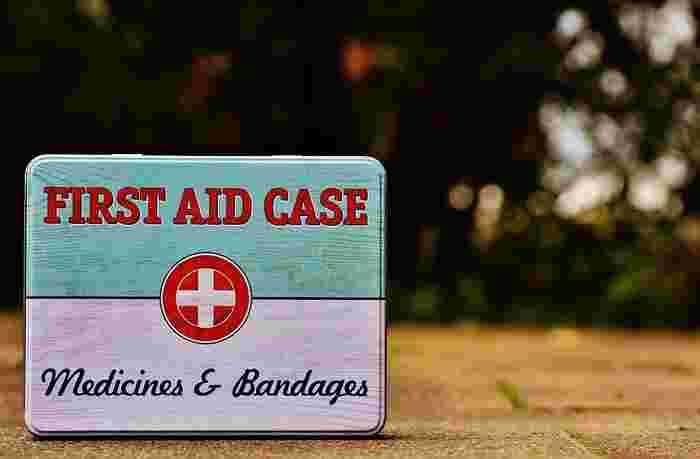 その他にもタオル、ティッシュペーパーやウエットティッシュ、虫除けグッズなども必要。また、万が一のときのためにガムテープもあると便利です。  さらに忘れがちなのが救急用品。絆創膏や常備薬だけでなく、鎮痛剤、解熱剤などもいざというときに安心です。