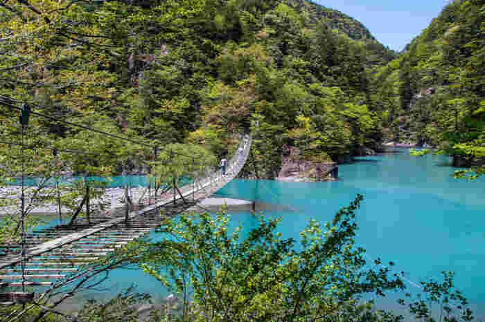 夢の吊橋は、南アルプス麓から流れ込む大間川と寸又川の合流地点に架けられた吊橋です。