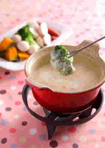 市販のクリームシチューも、フォンデュ方式で食べればなんだかおしゃれ♪野菜やソーセージ、パンなど具材をいろいろ用意して、たっぷり浸して召し上がれ。
